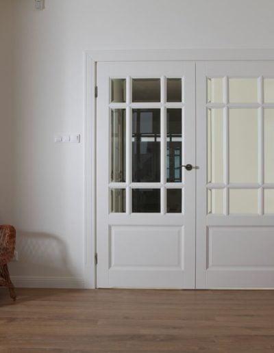 białe drzwi drewniane dwu skrzydłowe-min