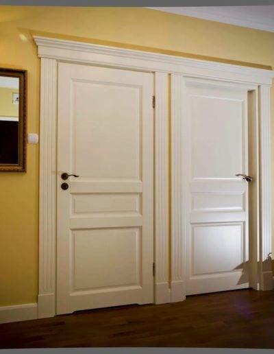 białe drzwi drewniane-min