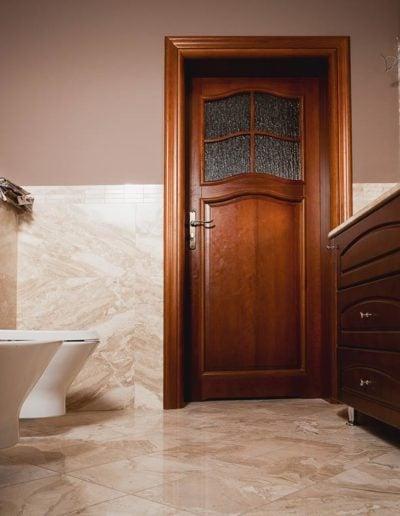 drzwi do łazienki ciemne-min