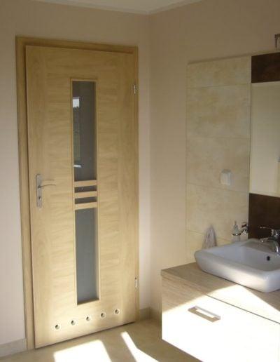 drzwi do łazienki jasne-min